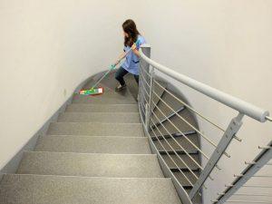 Apartman Temizliği Merdiven Silinmesi