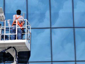 Personel dış cephe kısmında cam temizliği yapıyor.