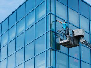 Dış cephe için cam temizliği yapan personel